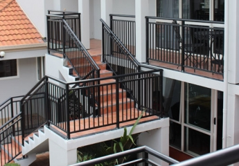 Edge balustrade with split rail finish for Motel decks