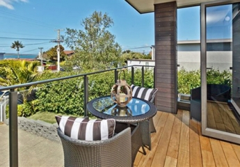 Interlinking top rail on Edge balustrade in modern Auckland home2